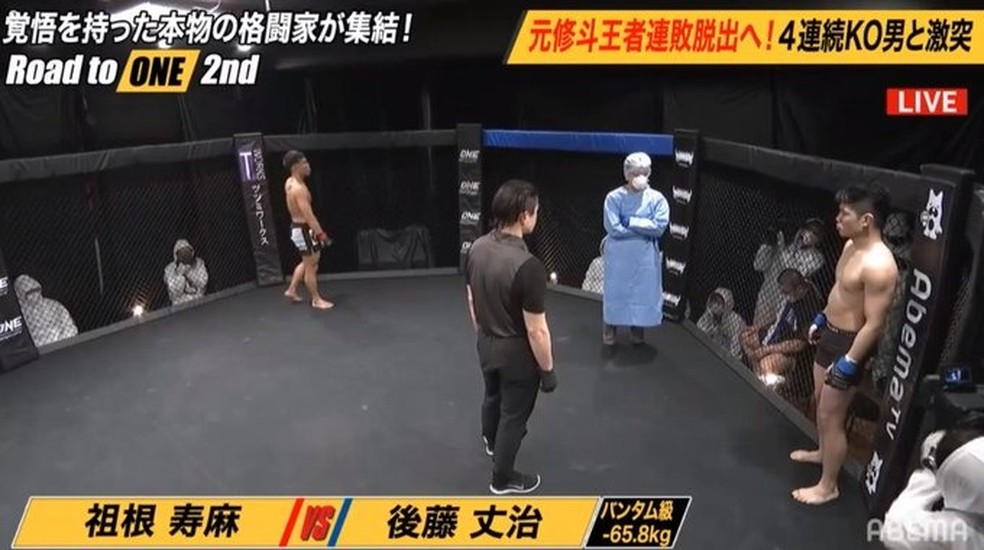 Médico com roupa cirúrgica e equipes com roupas de proteção no Road to ONE — Foto: Reprodução / Abema TV