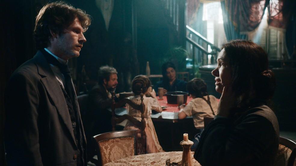 Em 'Nos Tempos do Imperador', Nino (Raffaele Casuccio) se aproveitará de Celestina (Bel Kutner) para saber tudo sobre Pedro II — Foto: Globo