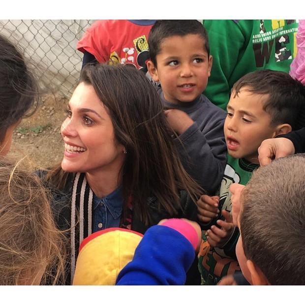 Flávia Alessandra com crianças refugiadas (Foto: Reprodução/Instagram)