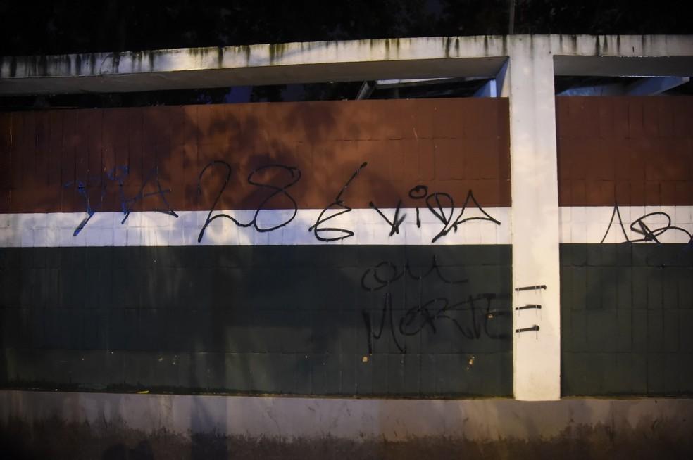 Pichações nos muros das Laranjeiras, sede do Fluminense — Foto: André Durão