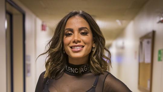 Anitta aposta em look cheio de transparência para cantar no 'Caldeirão'
