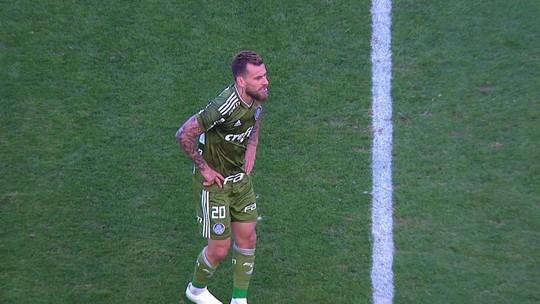 Árbitro explica cartão para Lucas Lima por excesso de faltas; meia do Palmeiras só cometeu uma