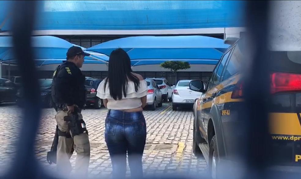 Mulher de 23 anos foi presa pela PRF por transporte de drogas (Foto: PRF/Divulgação)