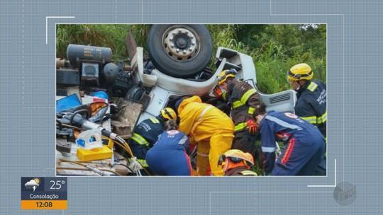 Motorista e ajudante ficam presos às ferragens após caminhão capotar em Guaxupé, MG
