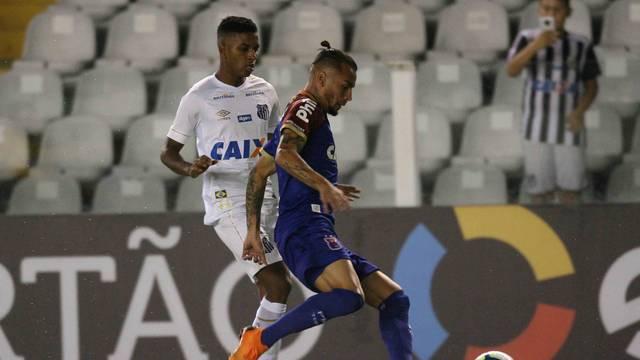 Santos x  Paraná: Rodrygo em disputa de bola com Alemão