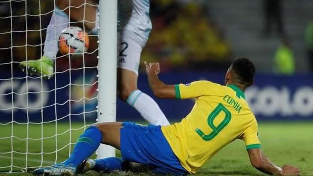 Matheus Cunha no lance do segundo gol do Brasil contra a Argentina