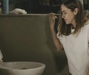 Dominique é obrigada a limpar a privada da cela    TV Globo