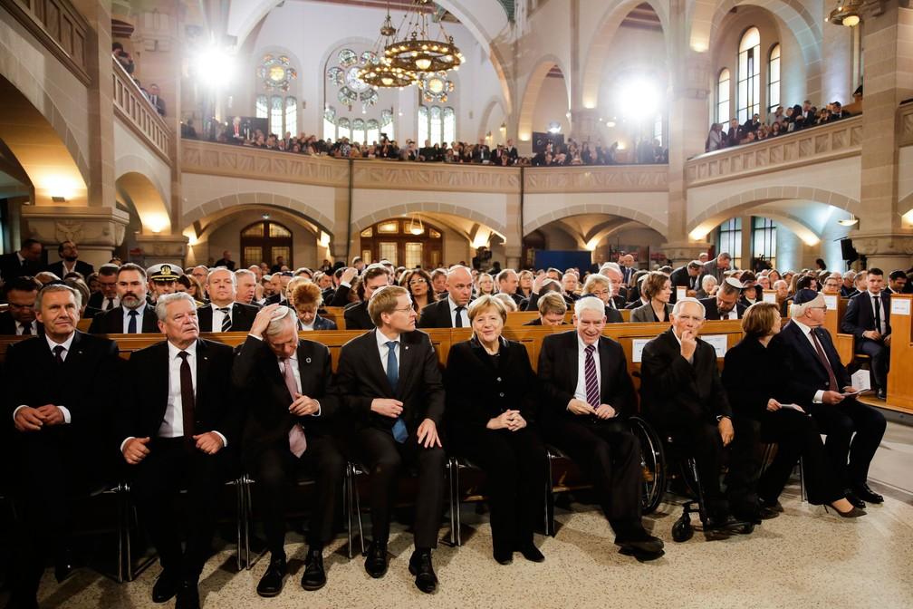 Chanceler Angela Merkel participa de cerimônia que lembra o 80º aniversário da 'Noite dos Cristais', na sinagoga Rykestrasse, em Berlim, na Alemanha, nesta sexta-feira (9)  — Foto: Markus Schreiber/ AP