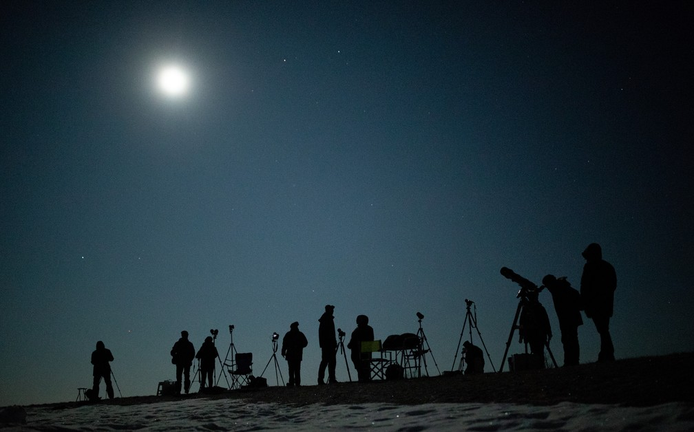 Pessoas esperam pelo eclipse lunar em Viena, na Áustria — Foto: France Presse