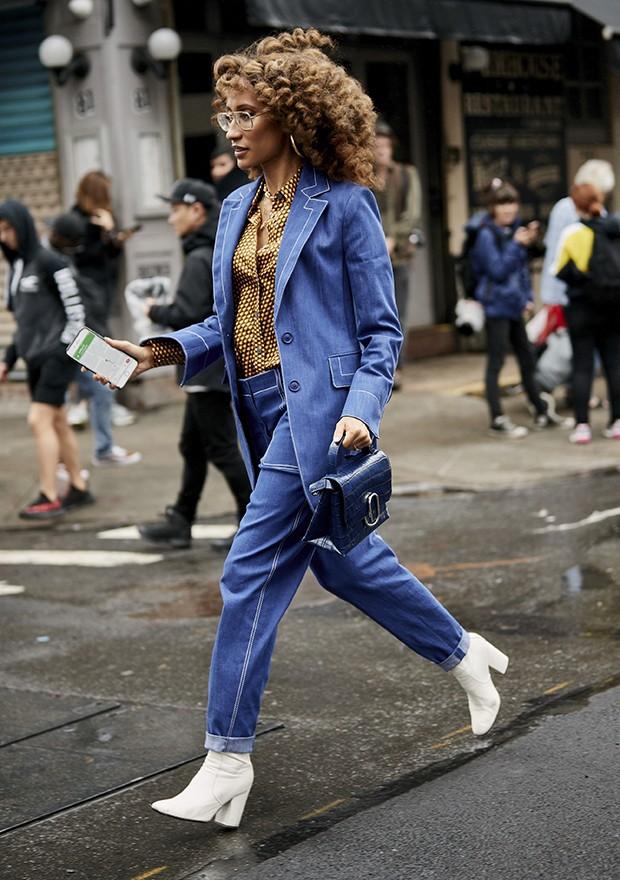 O look monocromático azul é um queridinho da moda (Foto: Imaxtree)