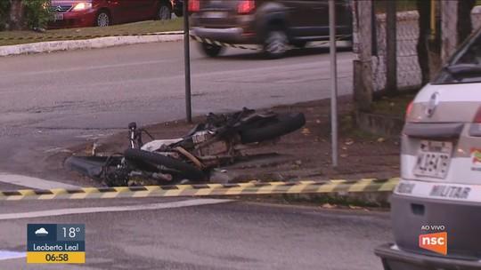 Motociclista morre em acidente com ônibus próximo da UFSC em Florianópolis