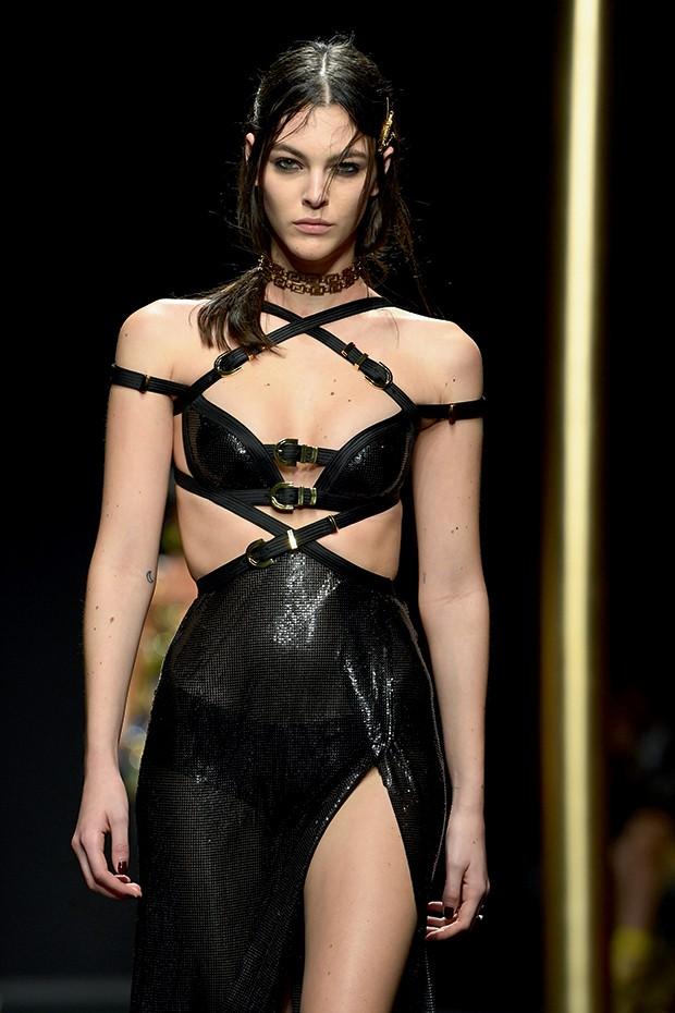 Moda e fetiche - Look reinterpretado no desfile de outono 2019 da Versace (Foto: Getty Images)