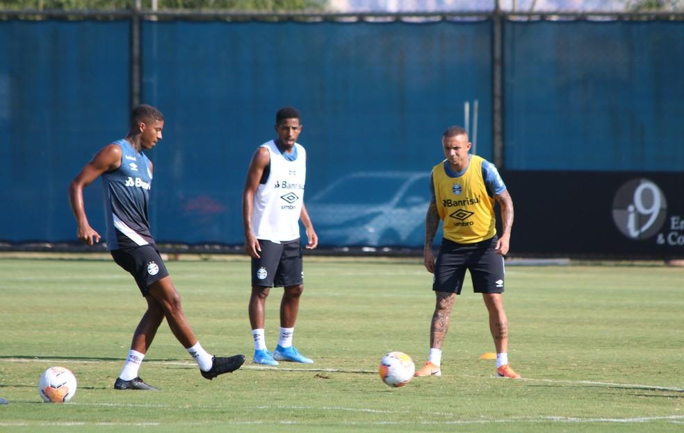 Jean Pyerre e Everton em treino do Grêmio — Foto: Eduardo Moura