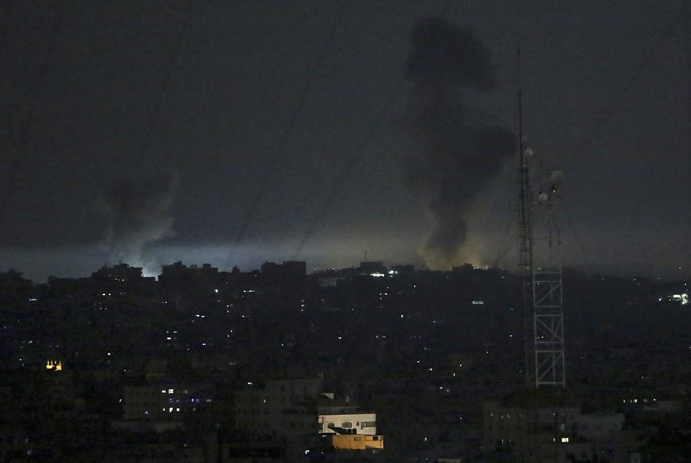 Fumaças são vistas na Faixa de Gaza após ataques israelenses na madrugada desta quarta-feira (30) (Foto: Adel Hana/AP Photo)