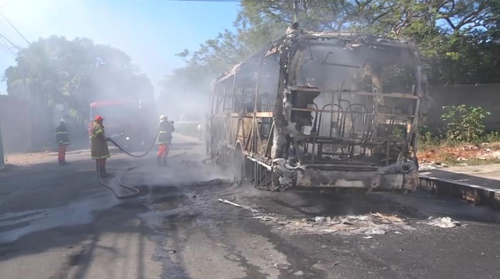 14 ônibus foram destruídos em ataques incendiários em dois dias na Grande Fortaleza (Foto: TV Verdes Mares/Reprodução)