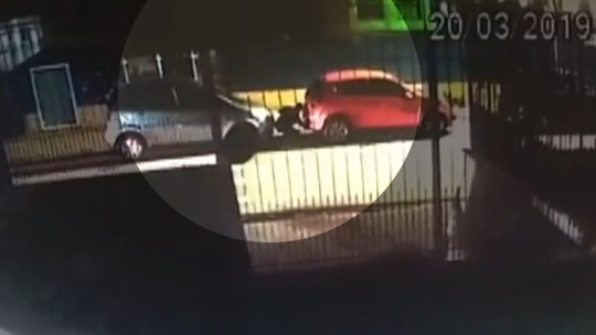Câmera flagra momento que homem coloca rastreador em carro de vereador de Florianópolis