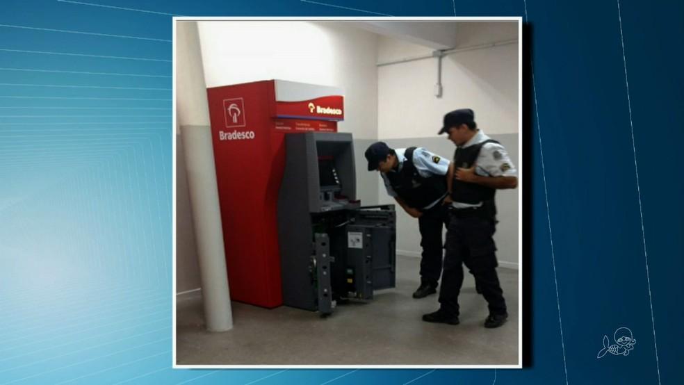 PM foi acionada, mas já encontrou o caixa violado (Foto: Reprodução/TVM)