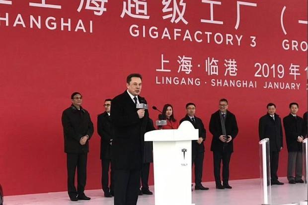 Elon Musk em cerimônia em Xangai (Foto: Reprodução/Twitter)