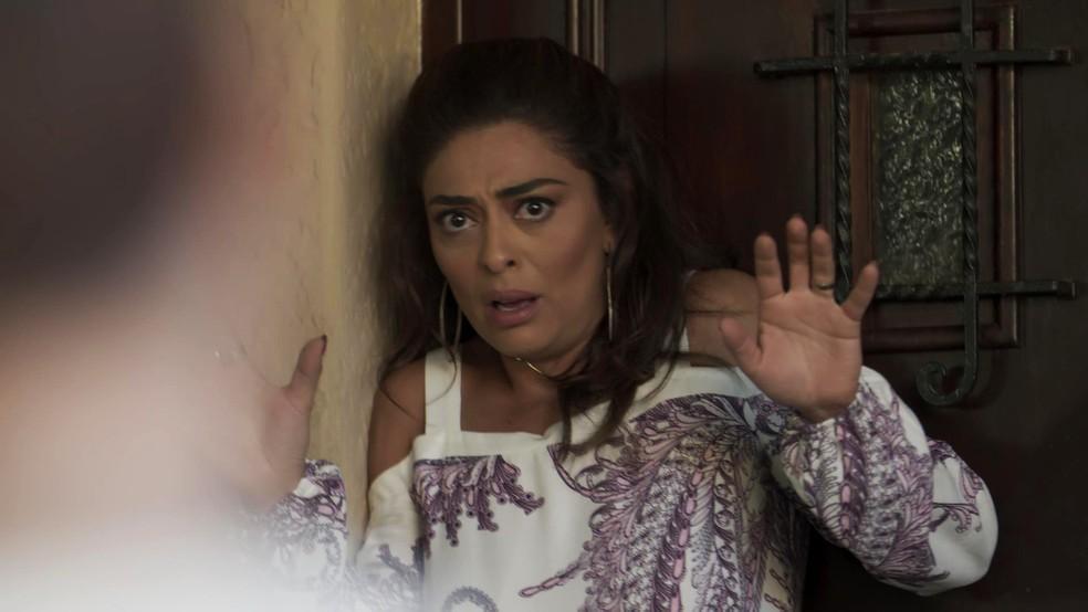 Rubinho (Emilio Dantas) foi preso e, para Bibi (Juliana Paes), tudo em torno dessa prisão é estranho. A morena está em casa estudando, quando ouve batidas na porta. Quando ela abre para ver quem está al,, é que vem um baita susto! (Foto: TV Globo)