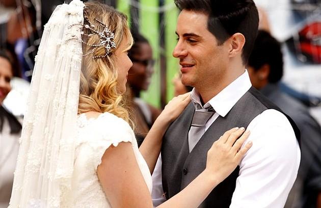 ...Rosário (Leandra Leal) e Inácio (Ricardo Tozzi). Os casais disseram o 'sim' com festa no Borralho de 'Cheias de charme' (Foto: TV Globo)