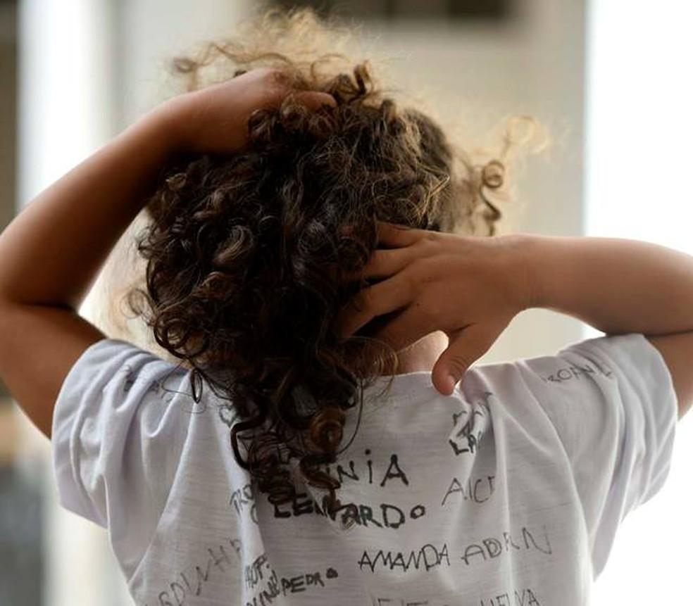 Ana com a camiseta assinada pelos que incluem ela na escola, segundo escreveu o pai, Kraw Penas, no Facebook (Foto: Arquivo pessoal)