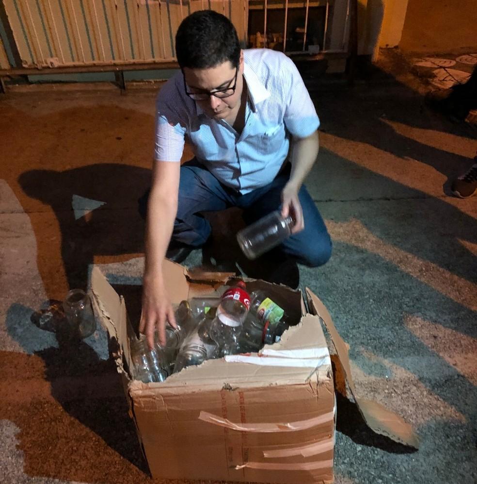Ao ser aberta, constatou-se que caixa tinha garrafas pet e potes de vidro — Foto: Jorge Toti/Giro Sorocaba