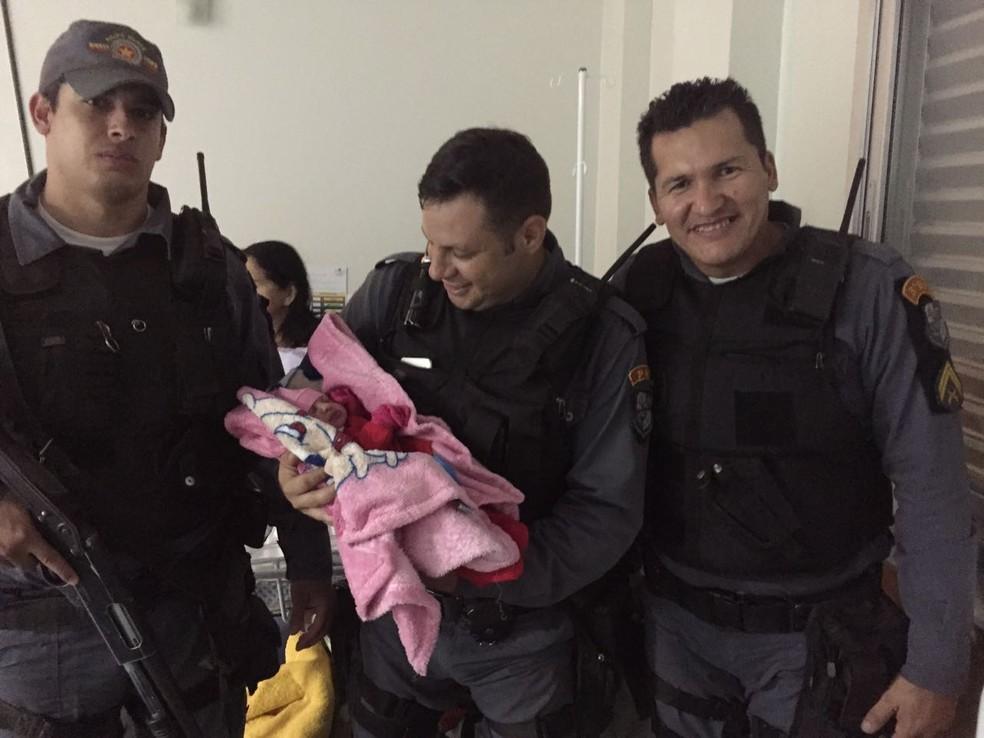 Menina nasceu com 3,2 kg e foi levada ao Hospital Santa Helena, em Cuiabá (Foto: Polícia Militar de Mato Grosso)