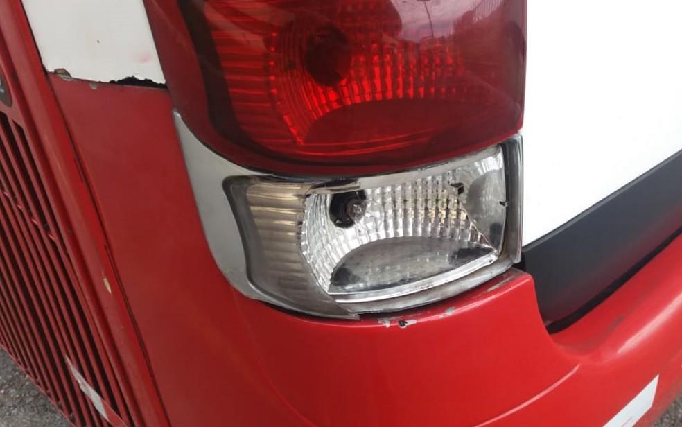 Ônibus estava com lanterna quebrada, em Goiânia — Foto: PRF/Divulgação