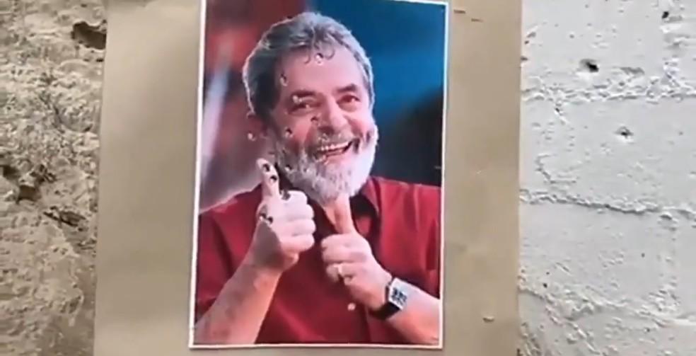 'Sai toda raiva', diz assessor parlamentar após atirar em foto de Lula — Foto: Reprodução
