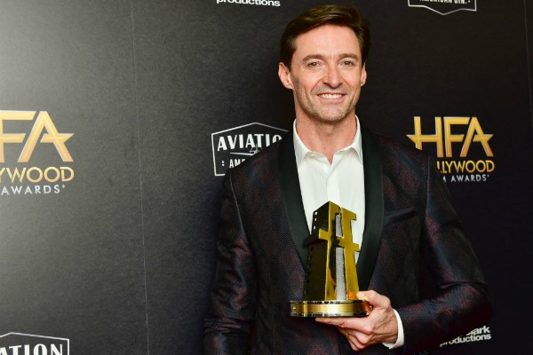 Hugh Jackman com prêmio da Hollywood Film Awards (Foto: Getty Images)