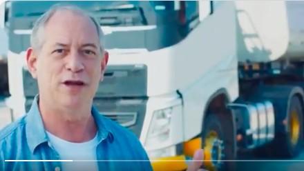 Ciro Gomes dirige caminhão em vídeo
