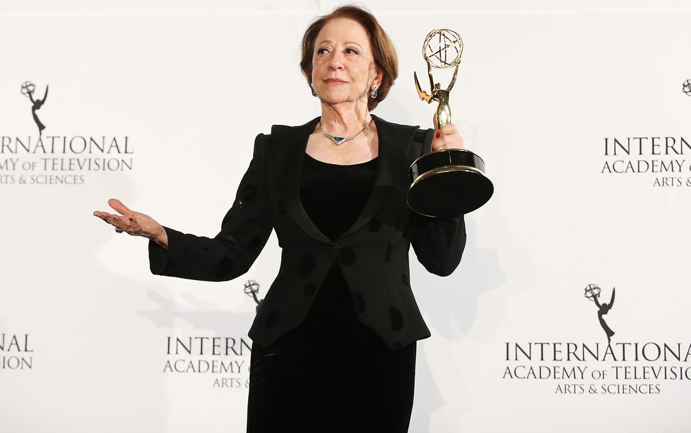 Fernanda Montenegro recebe o prêmio de melhor atriz no 41º Emmy Internacional por 'Doce de mãe' em 2013 — Foto: Neilson Barnard/Getty Images/AFP