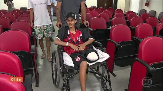 Garoto que teve perna amputada por causa de linha chilena em Betim (MG) recebe alta