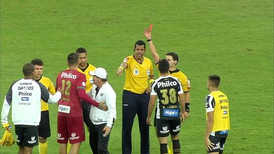 Árbitro termina o jogo durante contra-ataque do Santos; assista