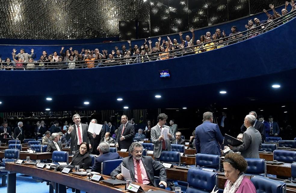 Agentes comunitários (na parte de cima da foto) acompanharam, da galeria, a sessão do Senado desta quarta-feira (11) (Foto: Waldemir Barreto/Agência Senado)