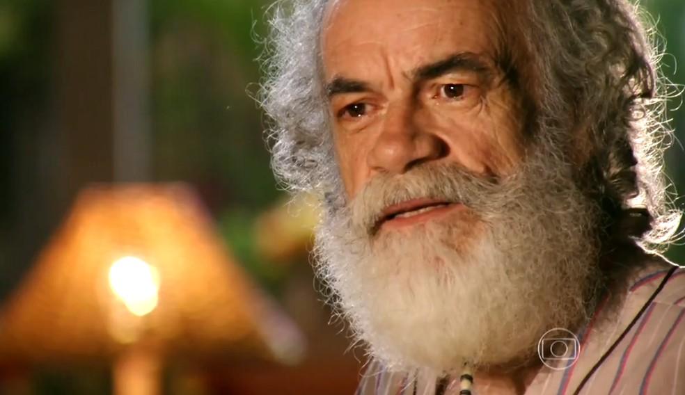 Chico (Cacá Amaral) não conta a Taís (Débora Nascimento) que estava falando com Cassiano (Henri Castelli) - 'Flor do Caribe' — Foto: Globo