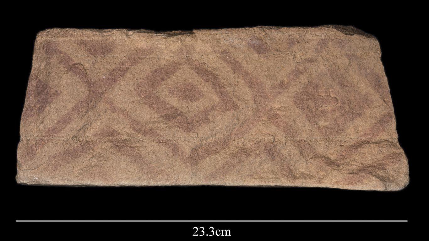 Padrão geométrico pintado encontrado em um bloco que fazia parte da plataforma de um mustatíl (Foto: The Holocene)