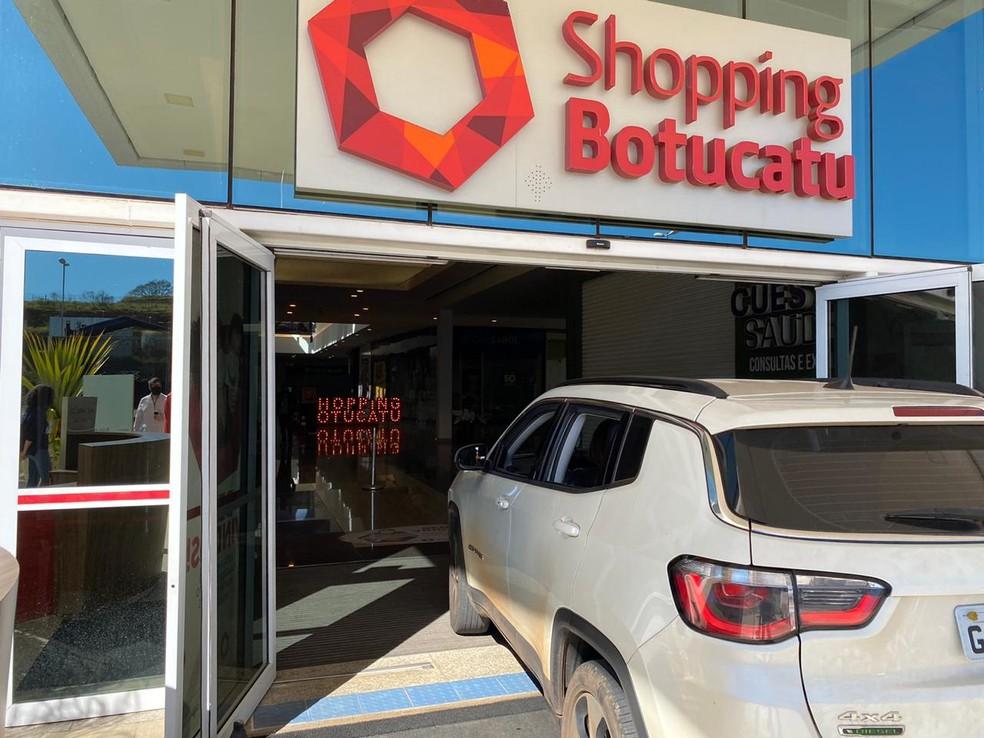 Shopping adota drive-thru e libera carros nos corredores das lojas em Botucatu — Foto: Guilherme Miletta/TV TEM