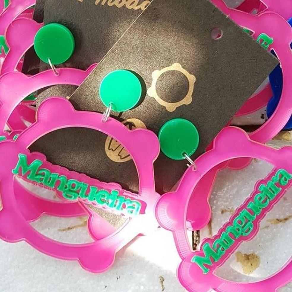 Hanna faz brincos personalizados com nomes das escolas de samba (Foto: Arquivo Pessoal/Hanna Miranda)