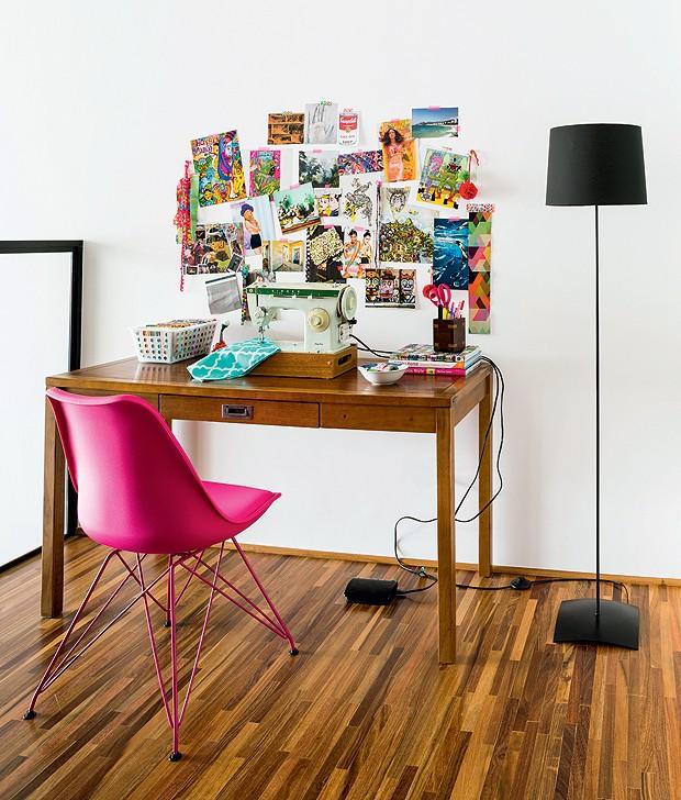 A área de 7 m² do mezanino serve de canto de leitura e abriga máquina de costura, sobre uma antiga mesa. No ambiente há ainda a cadeira criada por Ray e Charles Eames e a luminária de chão que já era do casal (Foto: Edu Castello/Editora Globo)
