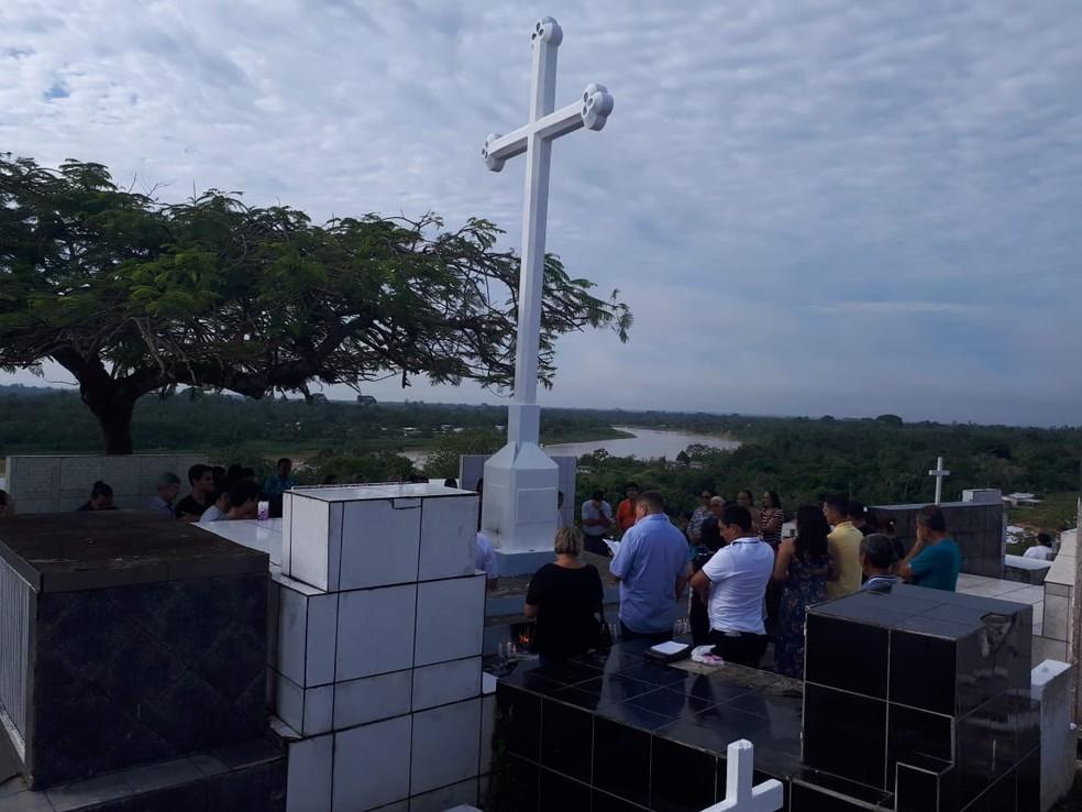 Familiares foram visitar os entes queridos nos cemitérios de Cruzeiro do Sul — Foto: Adelcimar Carvalho/G1