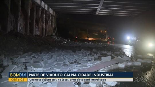 Parte de muro de viaduto cai, em Curitiba; entulhos ficam espalhados na rua