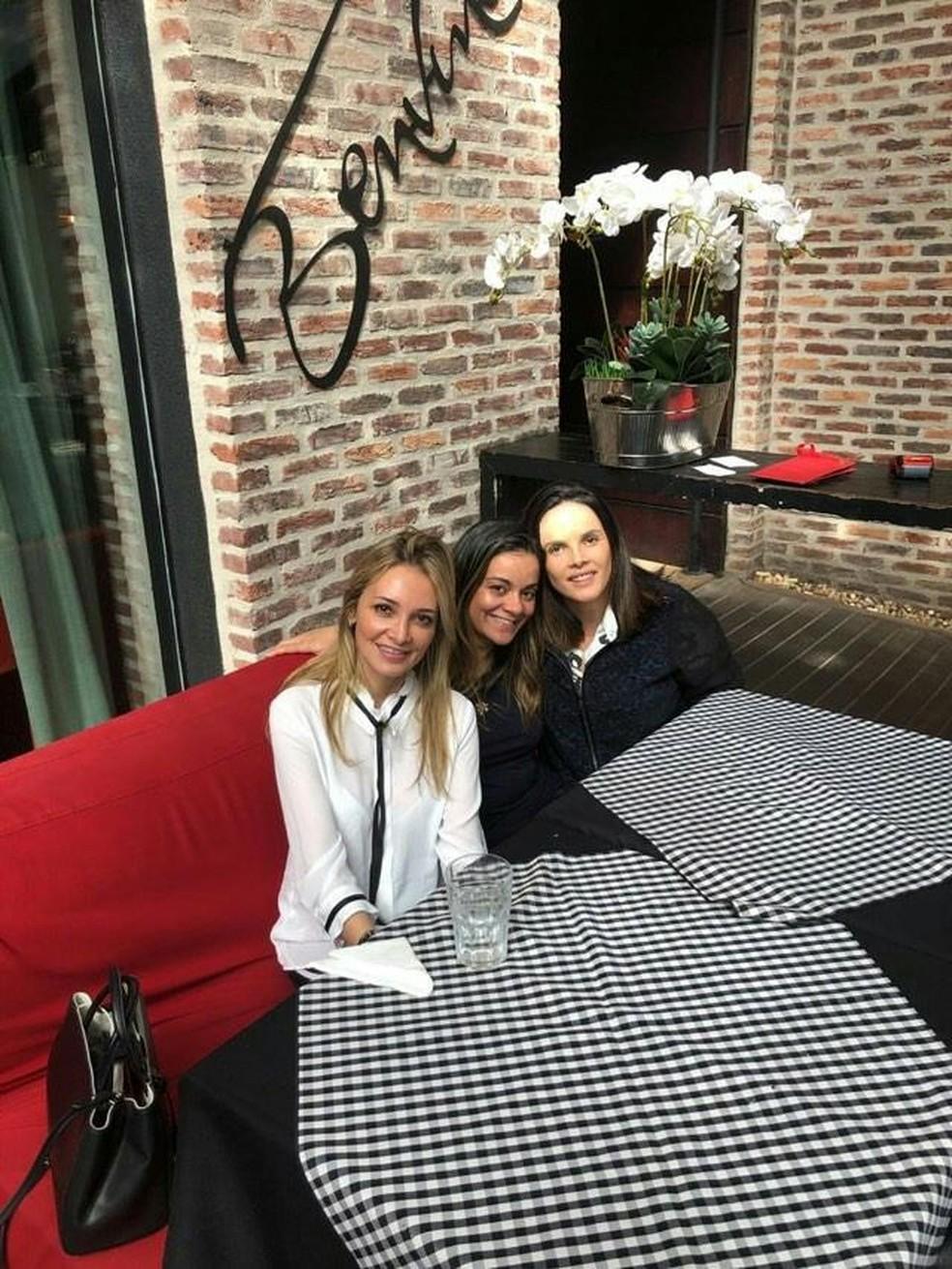 Daniela Zapata (de branco) com amigas no restaurante: cena chamou atenção e ela postou no Instagram — Foto: Daniela Zapata/Arquivo Pessoal