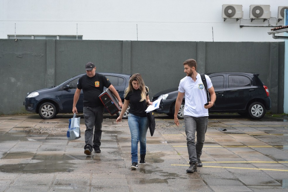 Material apreendido em opereção contra pornografia infantil chega à DPCA, na Zona Oeste do Recife (Foto: Edesio Lemos/Polícia Civil de Pernambuco)