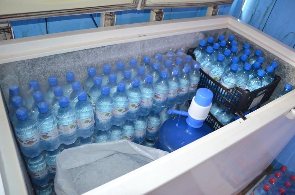 Lauro vende água todos os dias em sinal de Cacoal.  — Foto: Magda Oliveira/G1