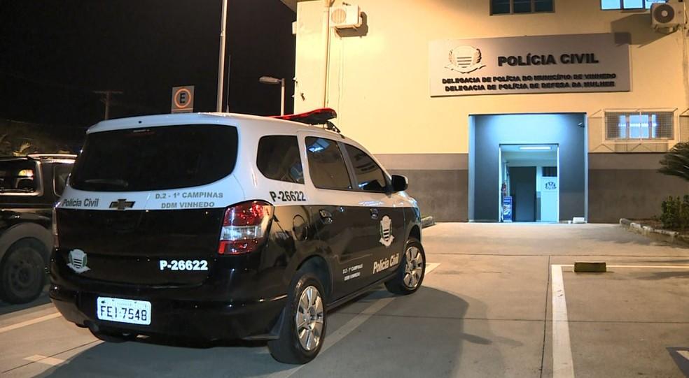 Casal foi levado para a Delegacia de Vinhedo — Foto: Reprodução/EPTV