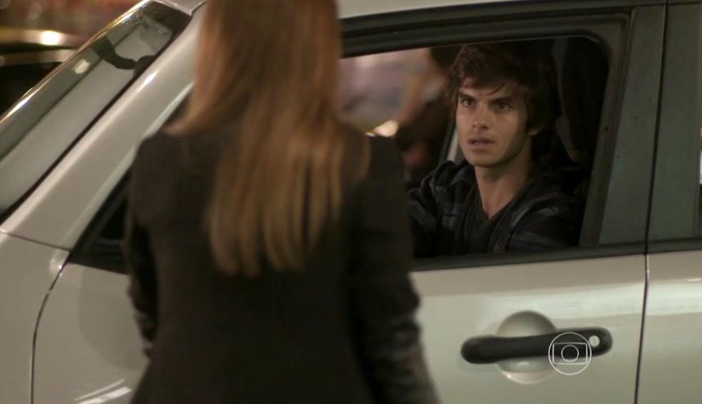 Fabinho (Daniel Blanco) quer tirar satisfação com Germano (Humberto Martins), em 'Totalmente Demais' — Foto: Globo