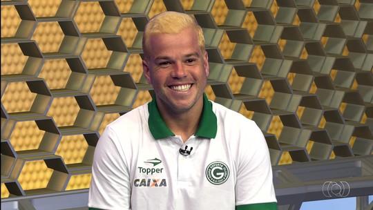 Tiago Luís cumpre promessa e pinta cabelo de loiro após título do Goianão; vídeo