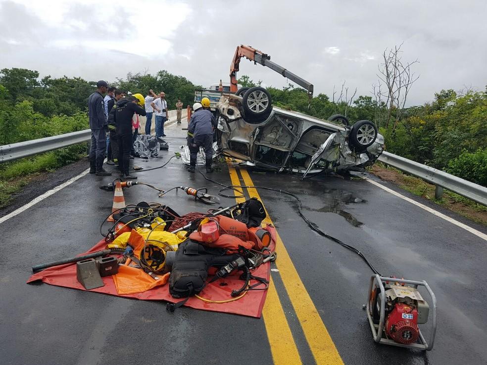 Vítima foi reconhecida após a retirada do veículo do rio (Foto: Corpo de Bombeiros/Divulgação)