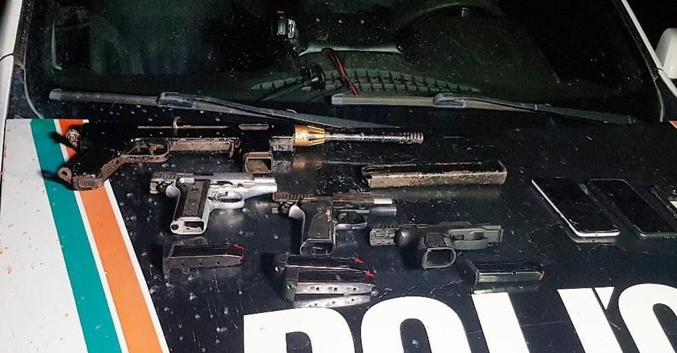 Uma submetralhadora e três pistolas encontradas no carro dos suspeitos foram apreendidas pela PM. — Foto: Rafaela Duarte/ SVM